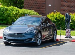 Chiếc ô tô đầu tiên của công ty có tên là Tesla Roadster